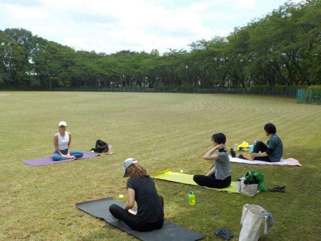 公園内で実施するヨガ教室です